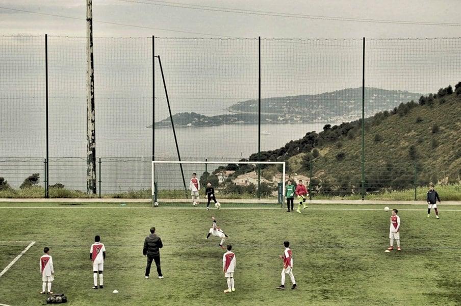 ASモナコのグラウンドで練習に励む若い選手たち。ここからモナコのスター選手が生まれる。