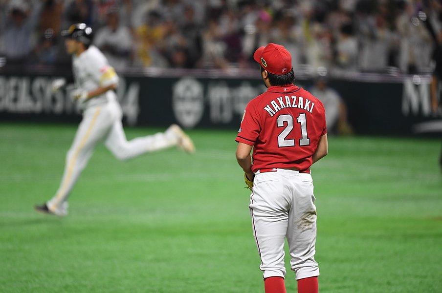 """カープが何としても生き残るため、緒方監督に迫られる""""決断""""とは。<Number Web> photograph by Naoya Sanuki"""