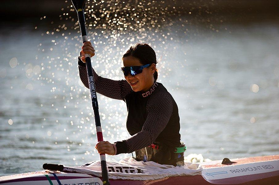 修造、驚愕! パラカヌー瀬立モニカは肩甲骨と頭の位置でバランスをとる。<Number Web> photograph by Yuki Suenaga