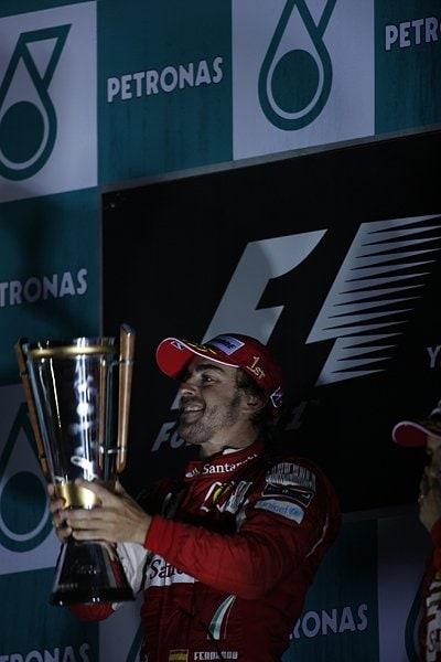 優勝トロフィーを掲げるフェルナンド・アロンソ