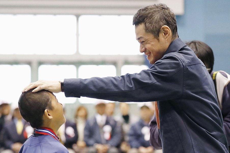 「人と比較せず自分の中で少し頑張る」イチローが野球少年に送った人生訓。<Number Web> photograph by Kyodo News
