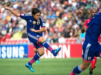 """攻撃の指揮はいまだ遠藤の独壇場。アジア杯初戦で再確認した""""特殊性""""。 <Number Web> photograph by Takuya Sugiyama"""