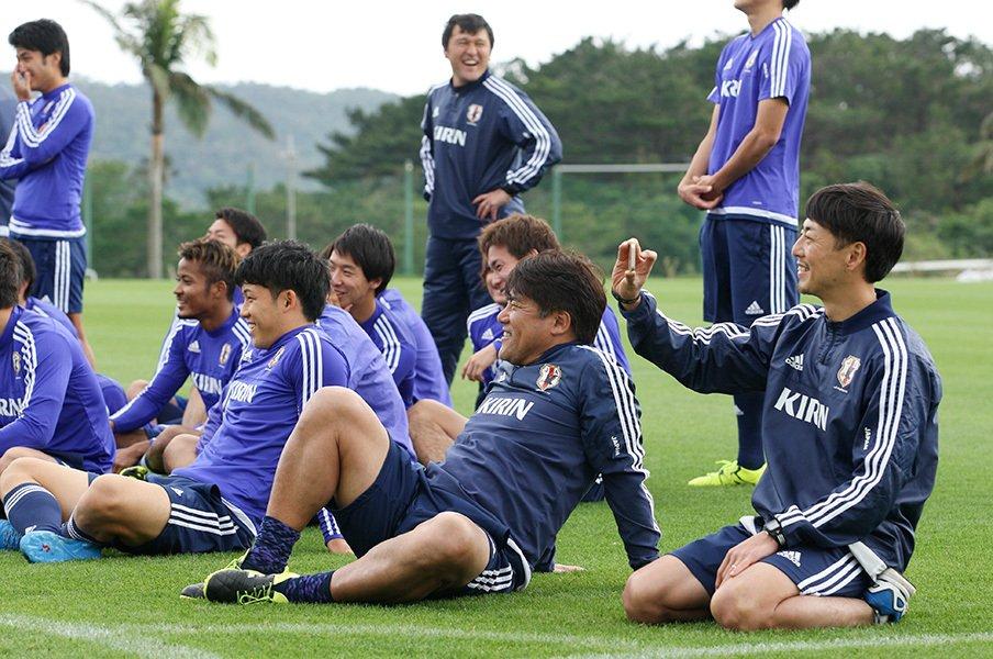 年末のキャンプで明るい表情を見せるU-23代表と手倉森誠監督。