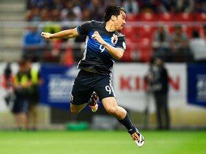 """岡崎慎司が掴んだ「俺は動く選手」。代表で""""好きなように""""やる理由。"""