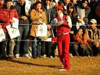 1億8352万円を獲得し、18歳80日で史上最年少賞金王となった石川人気は上昇する一方だ