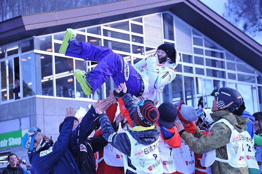 笑顔、闘志、凍える記者にカイロ。上村愛子がモーグル第一人者の理由。<Number Web> photograph by Shino Seki