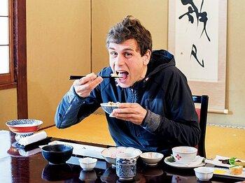 アダーナン・フィン(記者)×ウガリ&和食 「ケニアでも日本でも、ランナー大国たる食文化を発見できた」<Number Web> photograph by Nanae Suzuki