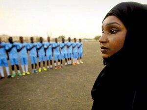 イスラム国家で女性がサッカーを……。男子チームの女性監督、サルマの闘い。