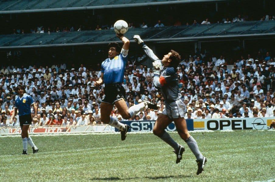 スポーツの誤審に法的責任はあるか。審判を告訴、プレーを無効にできる?<Number Web> photograph by Bob Thomas/Getty Images