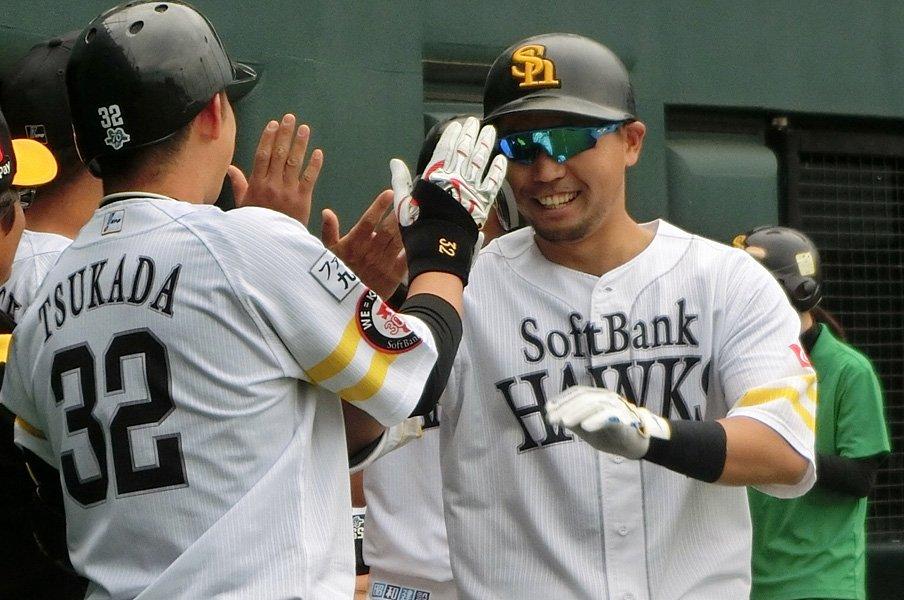 中村晃の明るい表情にほっとする。完璧な本塁打に笑って「まあまあ」。<Number Web> photograph by Kotaro Tajiri