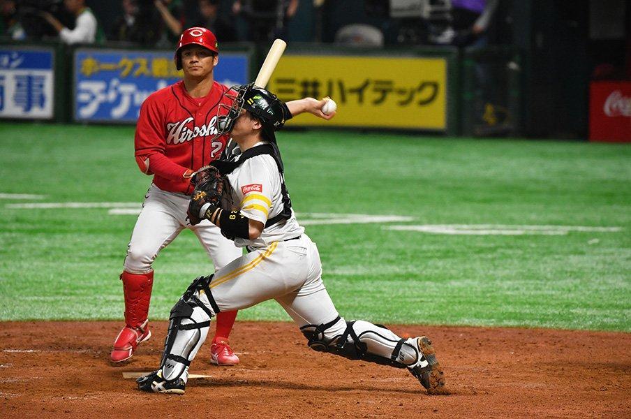 """""""甲斐キャノン""""が広島ベンチを縛る。「機動力のカープ」がもう走れない?<Number Web> photograph by Hideki Sugiyama"""