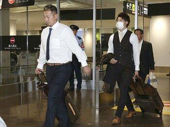 サヨナラ負けの33分後、甲子園から北海道へ。日本ハム裏方の仕事ぶり。<Number Web> photograph by Kyodo News