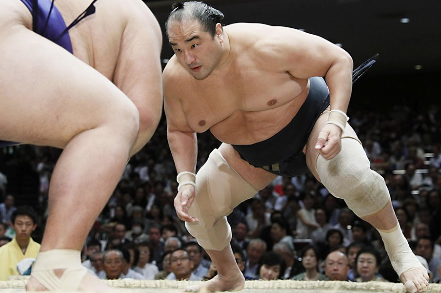 安美錦「ケガを敵と思わないで」40歳まで戦い抜けた勇気と寛容さ。<Number Web> photograph by Kyodo News