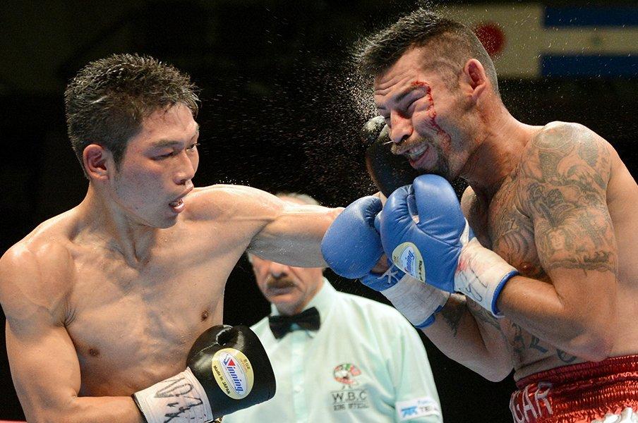 三浦隆司のボンバーレフトが炸裂!ローマン戦、戦慄のボディーブロー。<Number Web> photograph by Naoki Fukuda