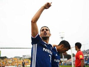 横浜FMウーゴはGK泣かせのFW。ゴール後、左腕にキスをする理由。