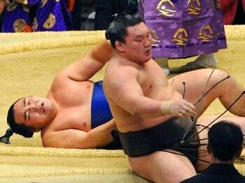 優勝決定戦で鶴竜(左)は左上手投げで白鵬に敗れ、「簡単に優勝はできない」とうなだれた。