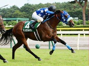 """名馬シンザンと同じエピソード?新潟2歳Sを勝った""""後肢で歩く馬""""。"""
