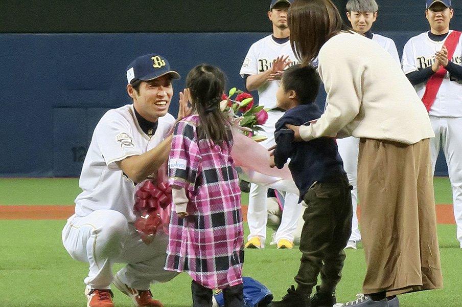 休まない剛腕、佐藤達也の引退。オリ後輩が惚れた「天性の人柄」。<Number Web> photograph by Kyodo News