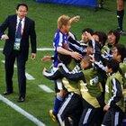 本田のゴールを喜ぶ控え選手たち