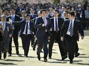 東スポの「人面魚」に「桜を見る会」。スポーツ紙はうしろからでも面白い。