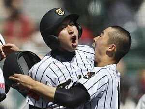 """「お父さんが怖いので…」東海大菅生の""""劇的サヨナラ男"""" 二塁打なのにゲームセット後も三塁~ホームまで走り続けた【センバツ】"""