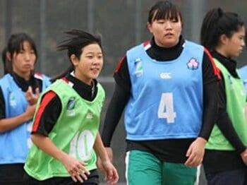 左が冨永。右の中田は年末の花園大会の高校女子7人制エキシビションマッチに出場する