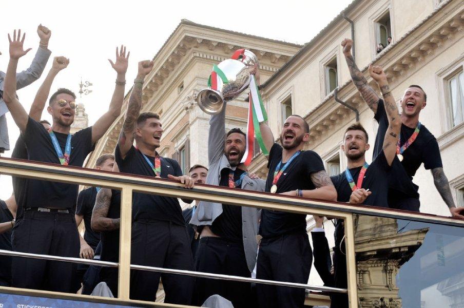 """《志半ばで倒れた仲間に捧げたEURO優勝》視聴占拠率は83.6%! イタリア53年ぶりの熱狂を生んだアッズーリの""""家族のような絆"""""""