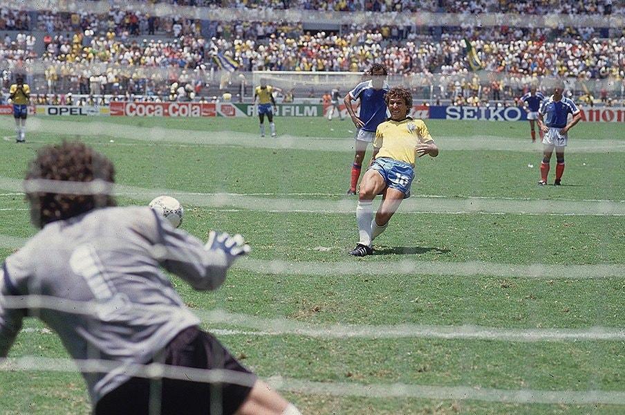 伝説の86年W杯ブラジル対フランス。ジーコ、プラティニとサッカーの美。<Number Web> photograph by Sports Illustrated/Getty Images