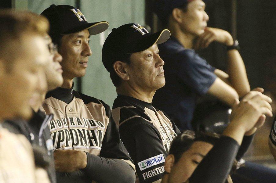 新任コーチを見守る栗山監督。チームを成熟させるための「静」。<Number Web> photograph by Kyodo News