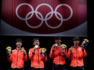 《フェンシング初の金メダル》男子エペ団体「みんなで支え合えるのが一番の強み」だから見延和靖はユニフォームを脱がなかった
