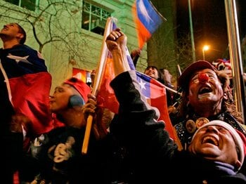 """ワイン紛争を忘れさせるチリ人のお祭り騒ぎ。~コパ・アメリカの意外な""""効果""""~<Number Web> photograph by AFLO"""