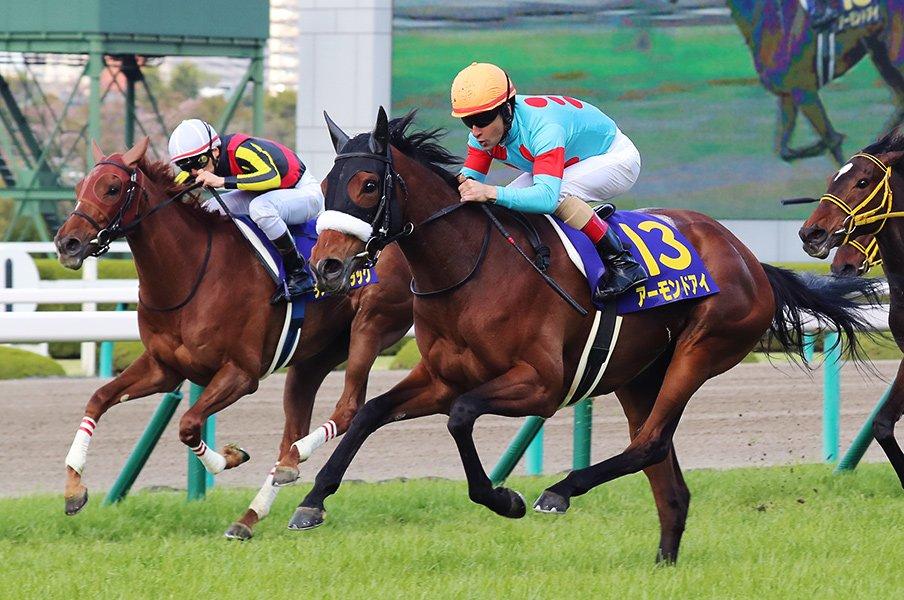 """ラスト3ハロン33秒2という""""異常値""""。アーモンドアイが桜花賞でまず1冠。<Number Web> photograph by Yuji Takahashi"""