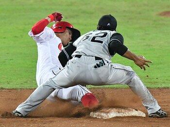"""広島カープ、背番号「0」の系譜。上本崇司が極める""""切り札""""の野球道。<Number Web> photograph by Kyodo News"""