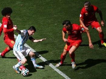 """""""メッシシステム""""影の立役者が負傷。アルゼンチン、不安を抱えた4強進出。<Number Web> photograph by Getty Images"""