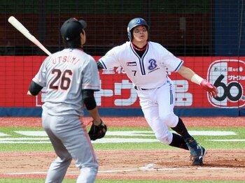 """横浜の""""振り切り男""""石川雄洋。アグレッシブ過ぎる1番打者の魅力。<Number Web> photograph by NIKKAN SPORTS"""