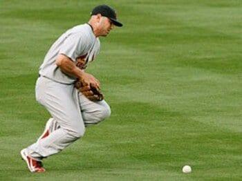 ホリデイの落球とオーウェンの捕逸。~MLB史に残るエラーの物語~<Number Web> photograph by REUTERS/AFLO