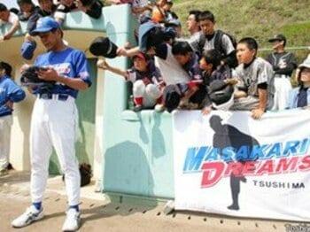 野球を愛する男たちの、恩返しのカタチ。<Number Web> photograph by Toshiya Kondo