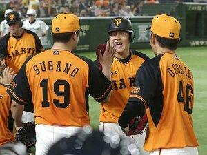 井端コーチが見抜いた岡本和真の才。「一塁守備」で打撃向上の論理とは?