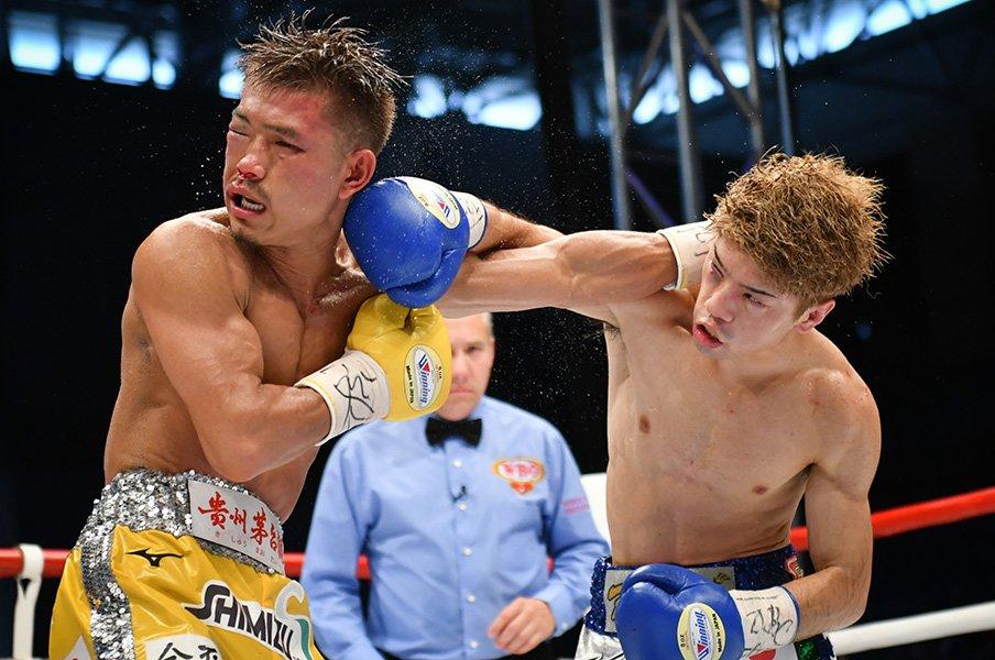 田中恒成と木村翔、最高のボクシング。終了直後に抱き合った似つかぬ2人。<Number Web> photograph by Hiroaki Yamaguchi