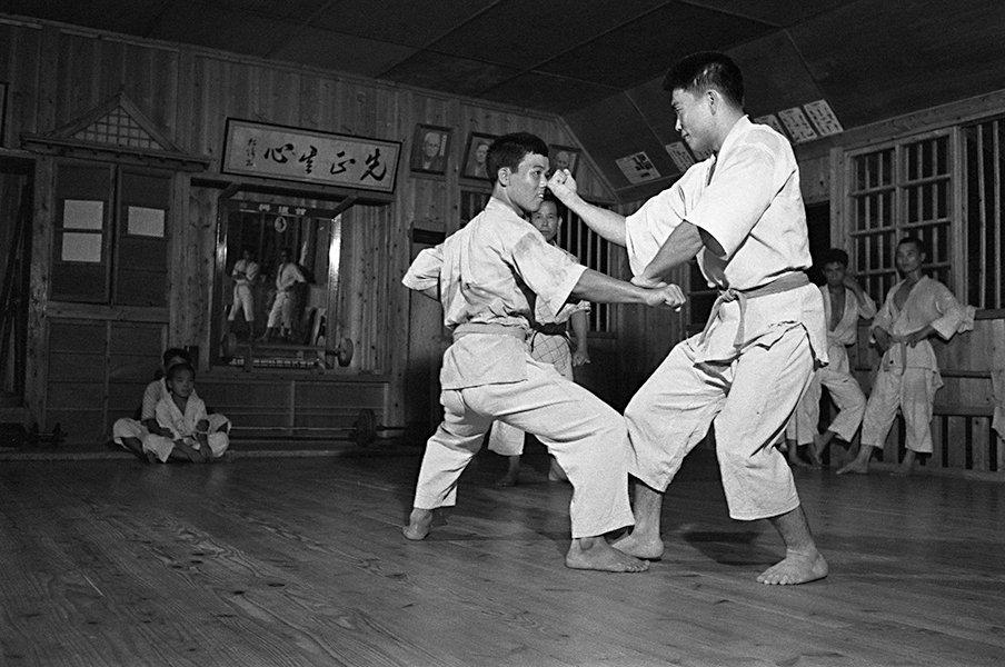 """「寸止めはやめなさい!」顔面打ちアリ&絞め技も…60年前の早すぎた""""幻の総合格闘技""""日本拳法空手道とは?"""