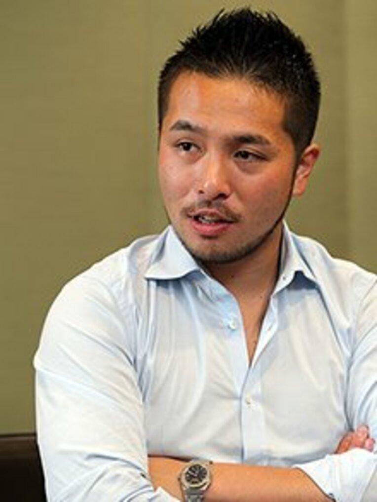 榎森亮太 Ryota Emori 1985年生まれ。プロを目指してドイツ下部リーグでプレーしていた時に、フェンロの本田圭佑と出会う。その後、専属マネージャーを経て「ソルティーロ」事業責任者に就任。 / photograph by