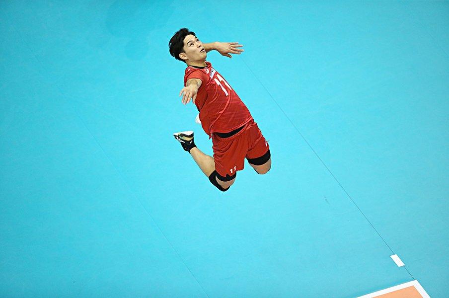 想像を遥かに超えたサービスエース。19歳西田有志に、仲間も世界も慄く。<Number Web> photograph by Kiyoshi Sakamoto/AFLO