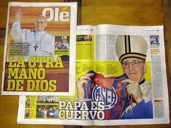 """新ローマ法王をマラドーナも祝福!""""神の手""""再来に熱狂のアルゼンチン。<Number Web> photograph by Chizuru de Garcia"""