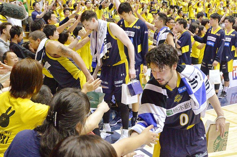 栃木ブレックス、決勝進出の陰に。選手の強気、コーチの献身、そして。<Number Web> photograph by Kyodo News