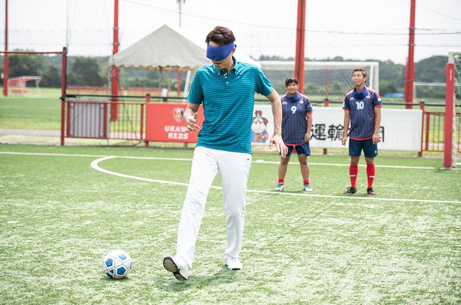 加藤健人と菊島宙のレクチャーで修造がブラインドサッカーに挑戦!<Number Web> photograph by Yuki Suenaga