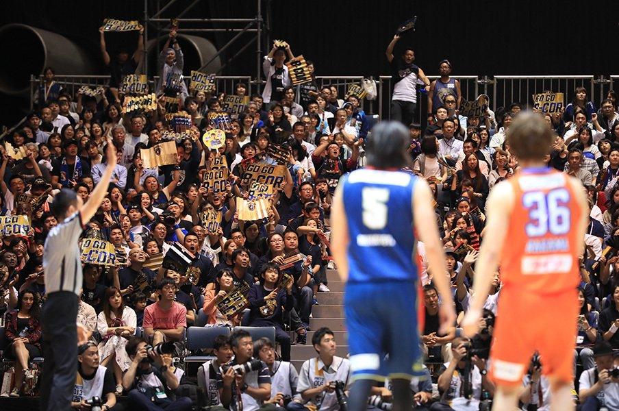 """借金3億円から巻き返した「海賊」。Bリーグ横浜の""""正しくない進化""""。<Number Web> photograph by B-CORSAIRS/T.Osawa"""