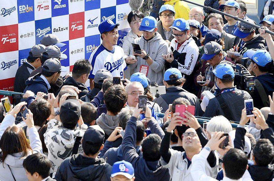 """なぜ人々は松坂大輔を見に行くのか。別格の""""引力""""には理由がある。<Number Web> photograph by Kyodo News"""