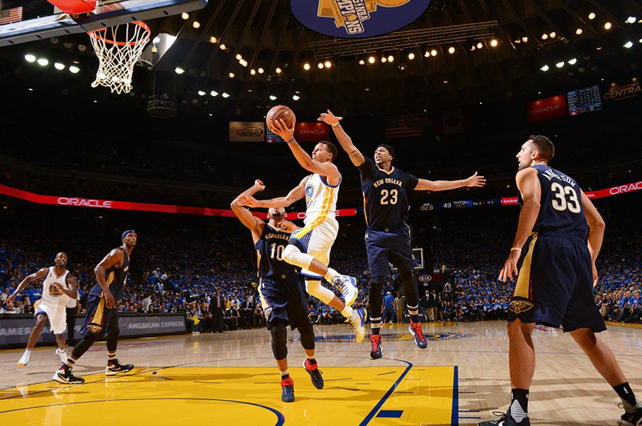 NBA開幕で早くも大爆発のカリー。2年連続MVPを阻止するのは誰だ?<Number Web> photograph by NBAE via Getty Images
