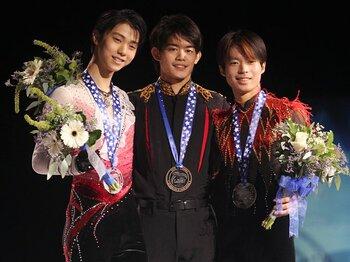 スケートアメリカの表彰台にて。左から羽生結弦、小塚崇彦、町田樹。まだ若き3選手に、惜しみない賞賛の拍手が降り注いだ。