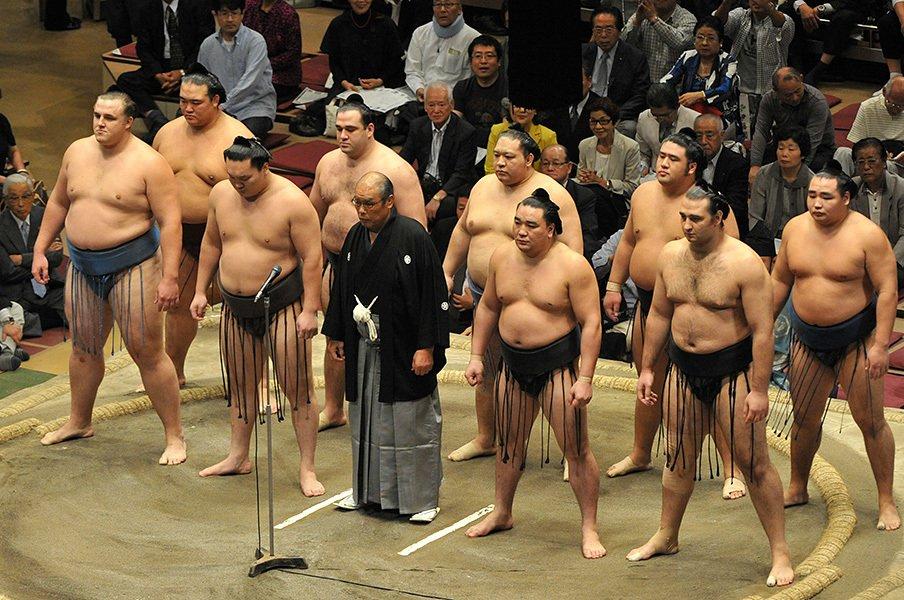 就任直後、2010年秋場所の千秋楽で挨拶する放駒理事長(当時)。